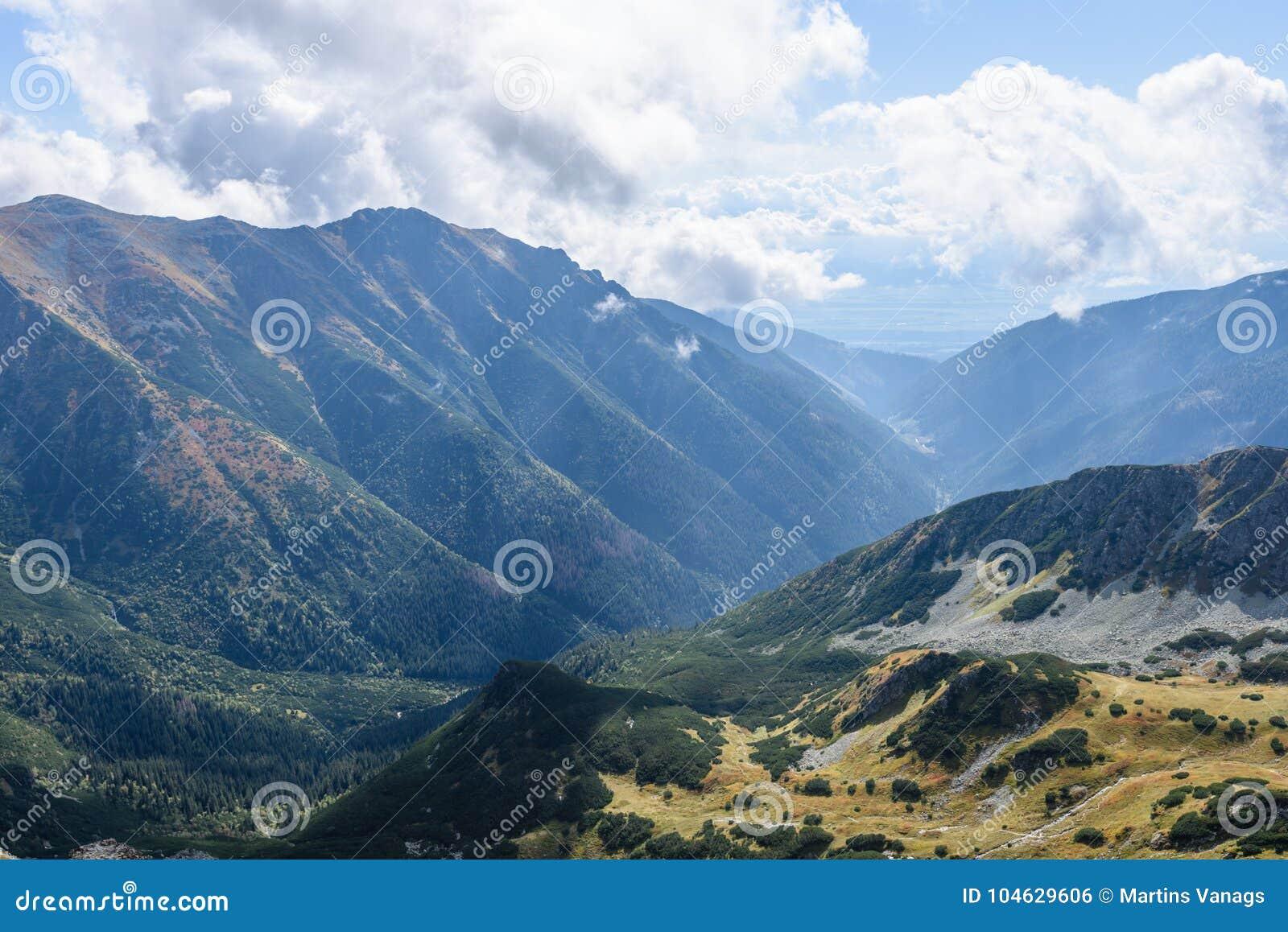 Download De Rotsachtige Mening Van Het Berg Piekgebied In Slowakije Stock Foto - Afbeelding bestaande uit ecologisch, foggy: 104629606