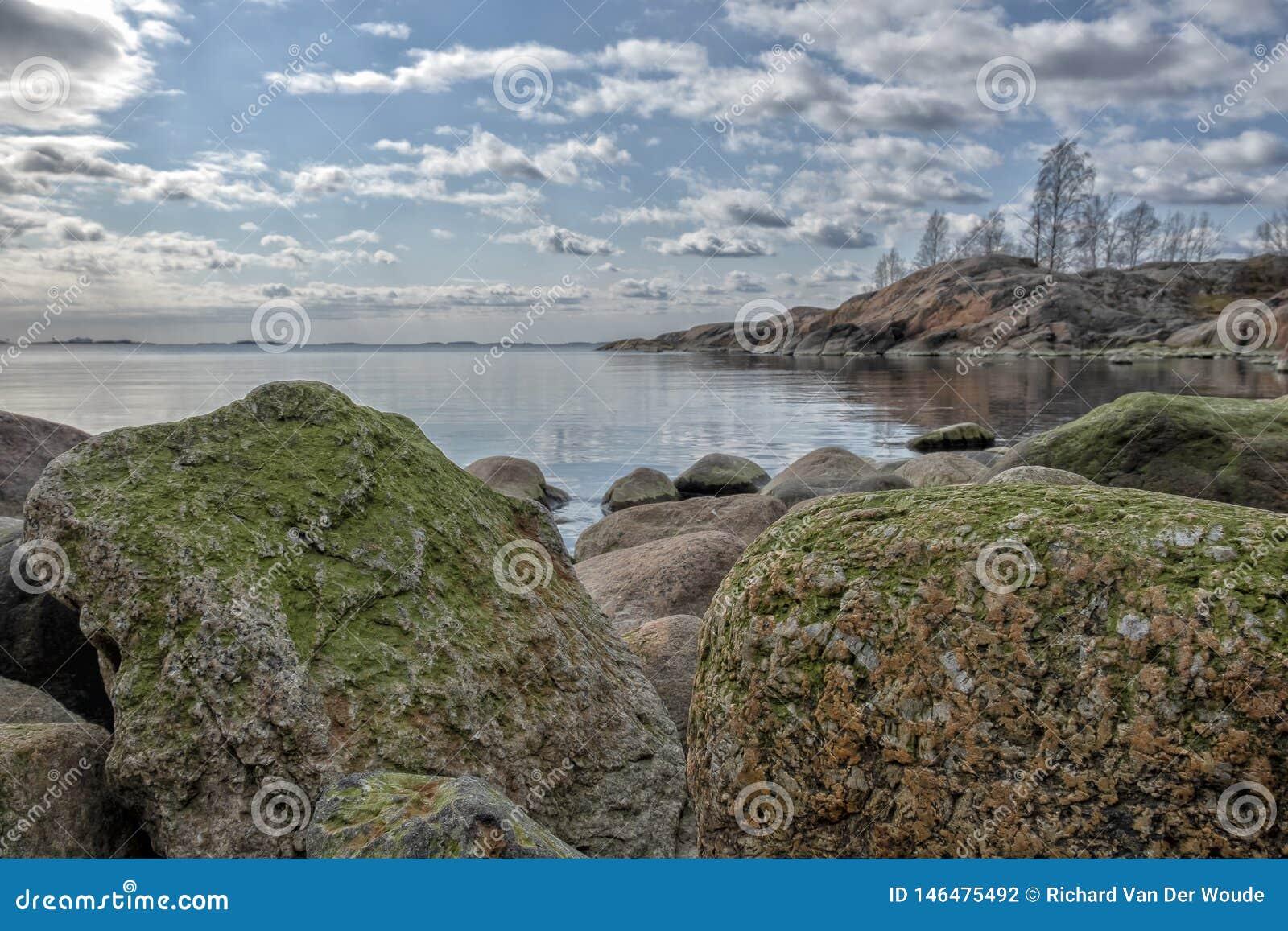 De rotsachtige Oostzee van de kustlijn