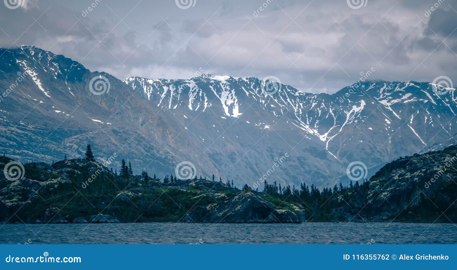 De rotsachtige scènes van de bergenaard op de Britse Colombia grens van Alaska