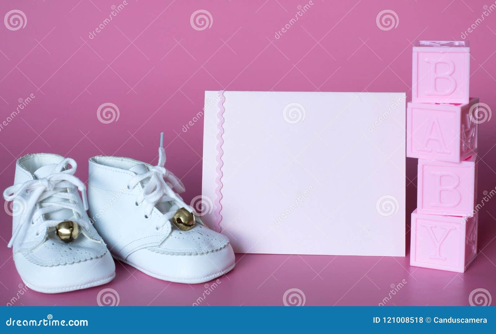 De roze de Babydouche van Babymeisjes of Kaart van de Geboorteaankondiging met Uitstekende Schoenen en Blokken Horizontale foto m