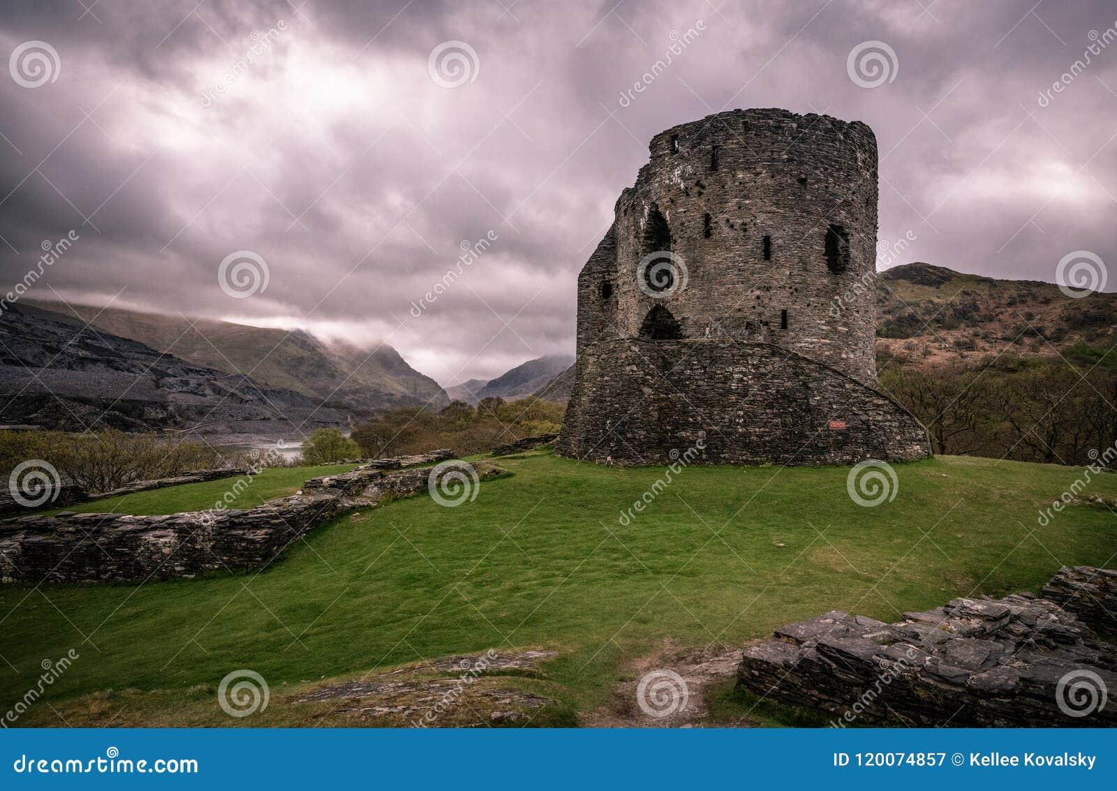 De ruïne van het Dolbadarnkasteel met meningen van Snowdonia-bergen