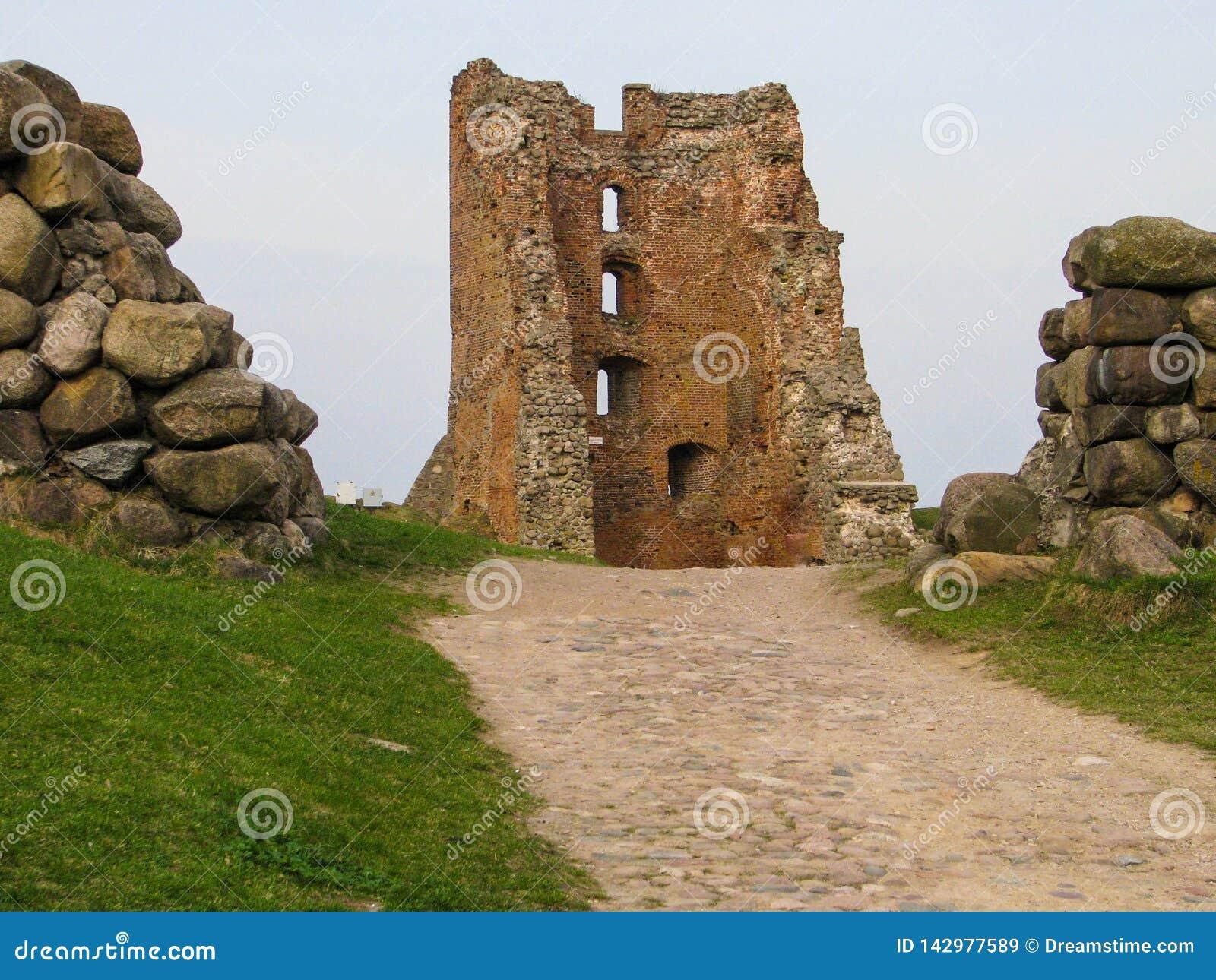 De ruïnes van een oud feodaal kasteel