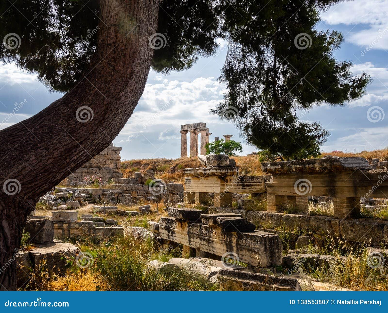 De ruïnes van oude stad van Corinth en Tempel van Apollo schoten bij rustige dag
