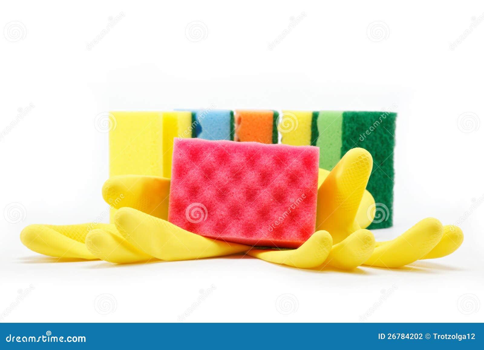 De rubber handschoenen en het schoonmaken sponsen af.