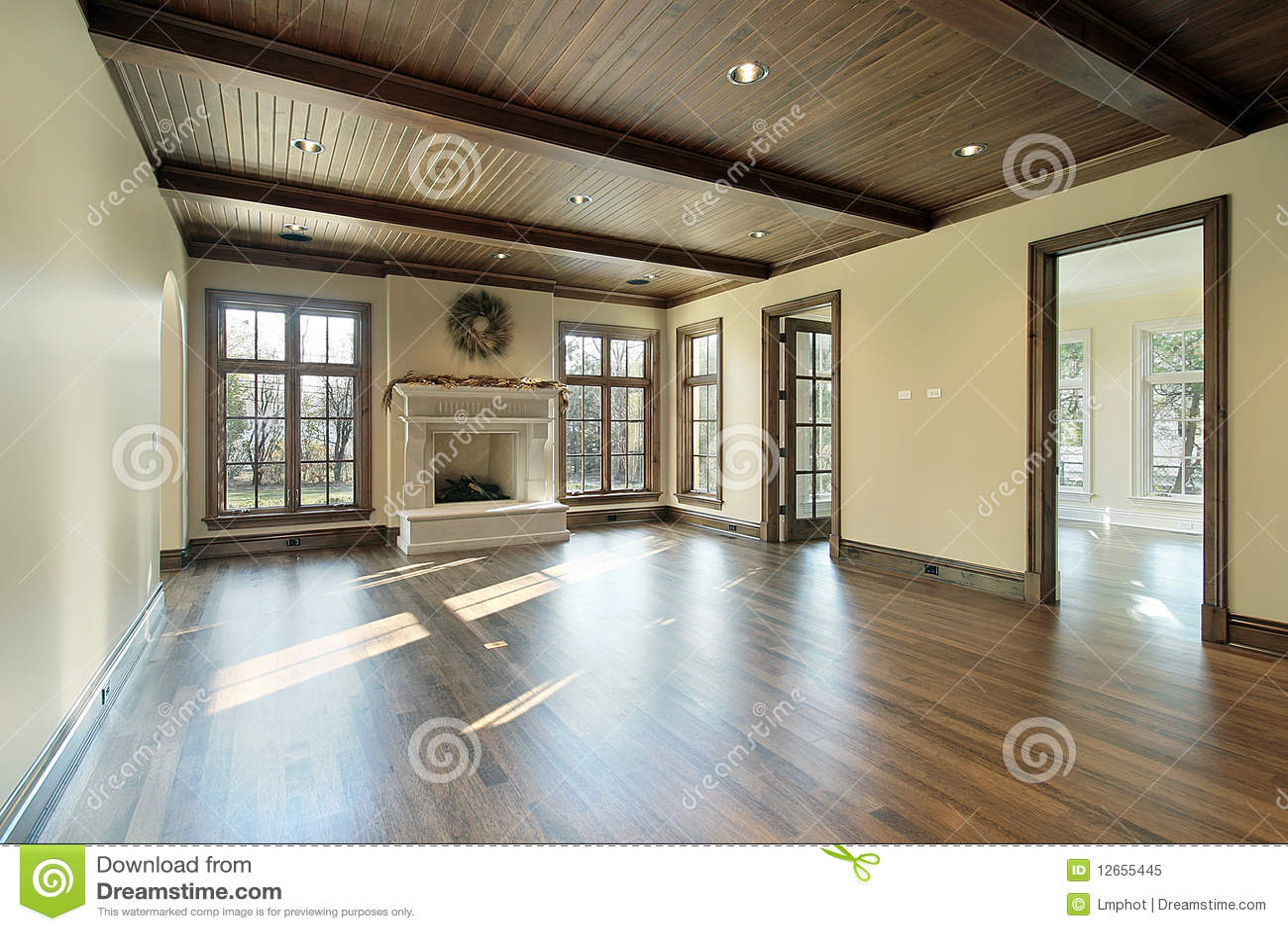 De ruimte van de familie met houten plafond royalty vrije stock ...