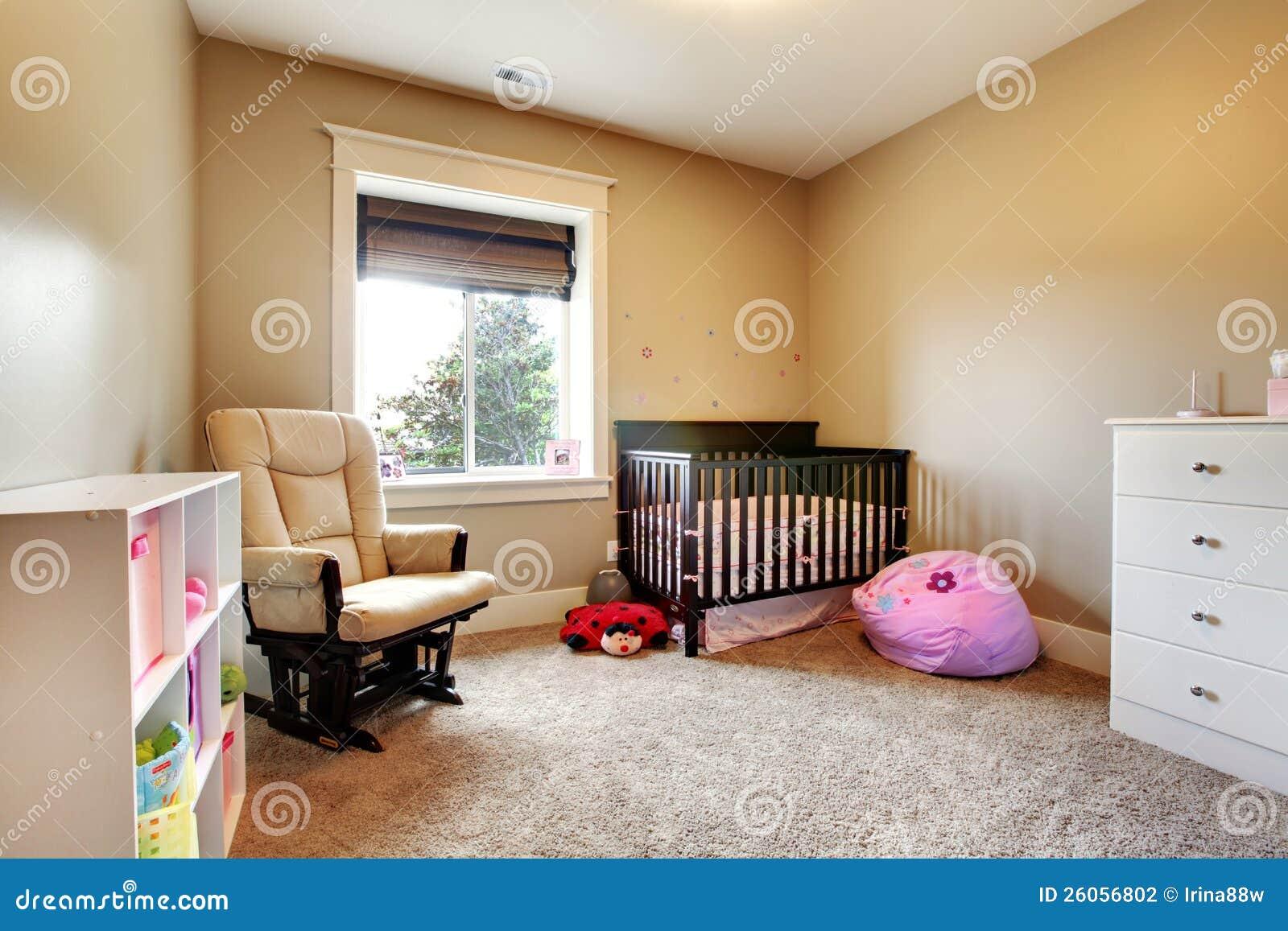 De ruimte van de verzorging voor babymeisje met bruine houten voederbak.