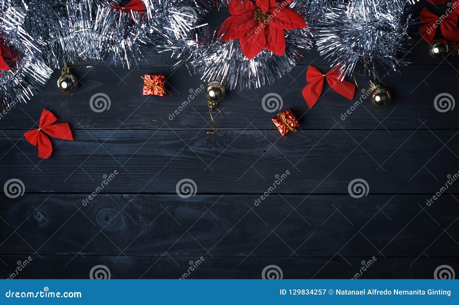 De ruimte van het exemplaar Zilveren Kerstmisornament op Zwarte Houten Plank Bovenkant v