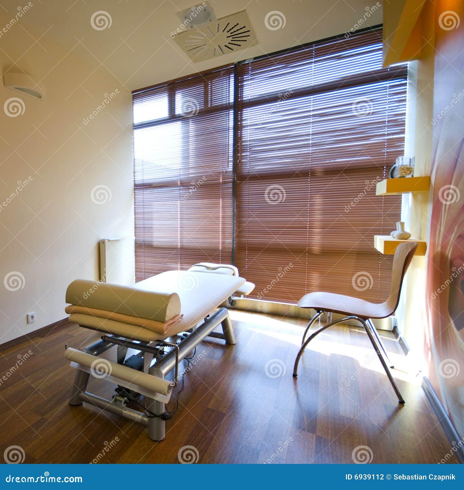 De ruimte van het kuuroord en massagebed