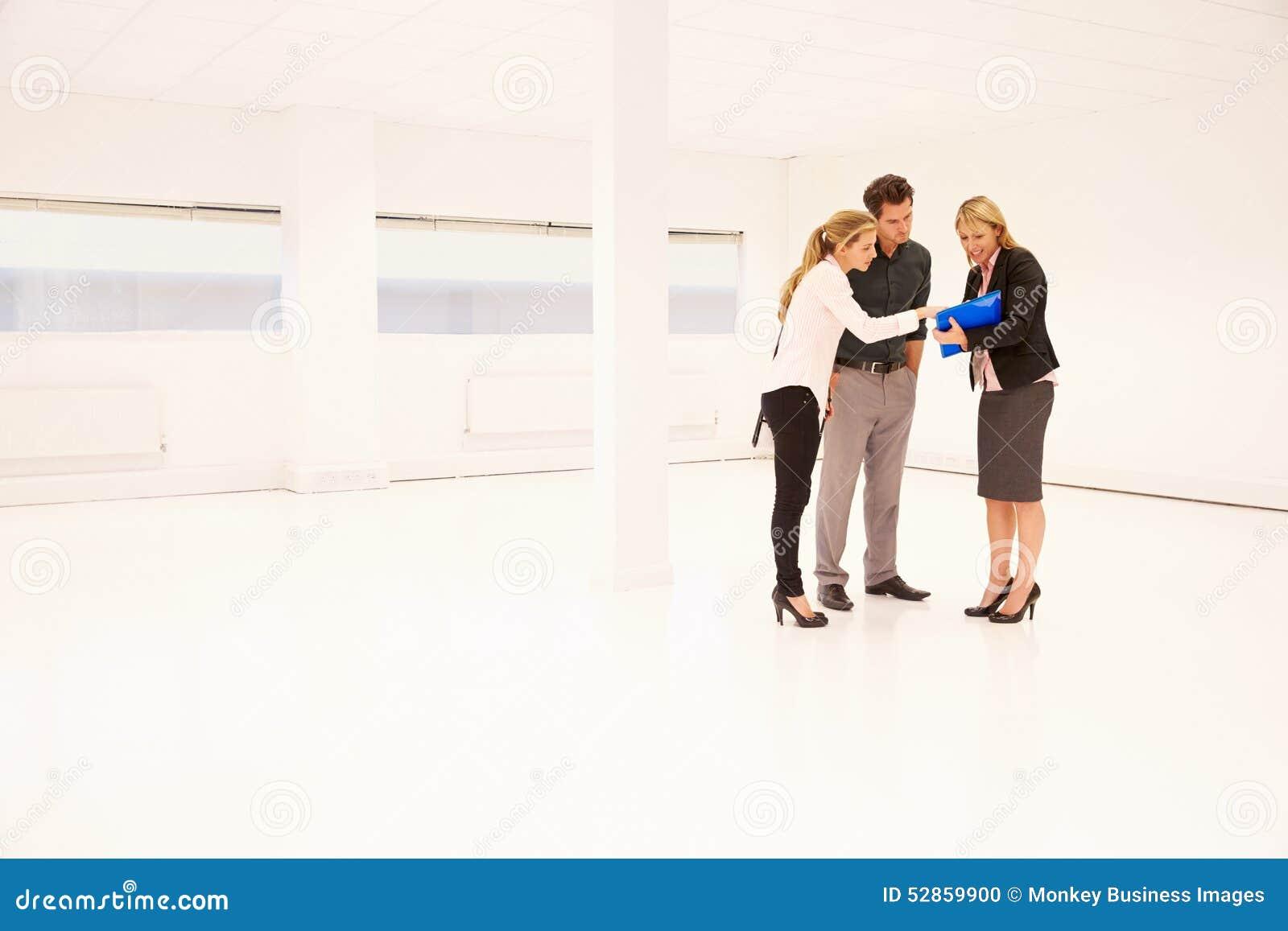 De Ruimte van Showing Empty Office van de landgoedagent aan Potentiële Cliënten