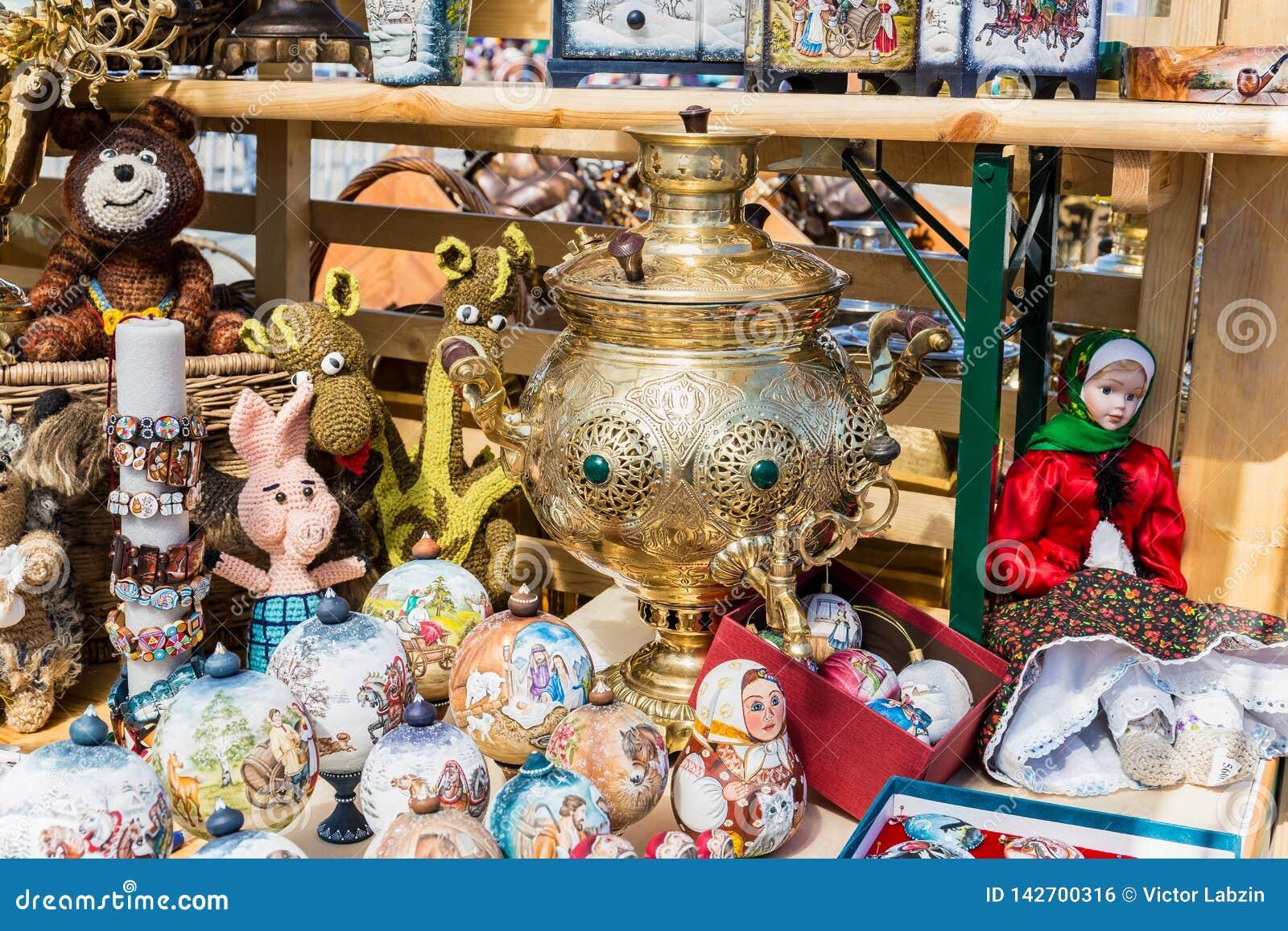 De Russische poppen en de Herinneringen liggen naast de samovar