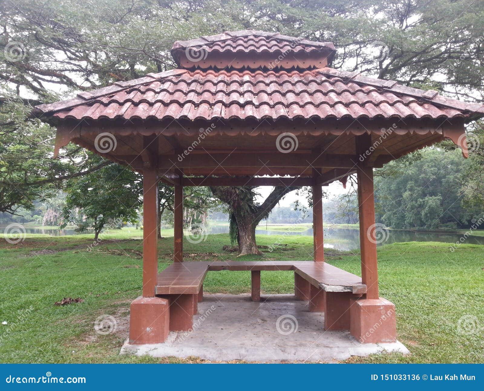 De rust paviljoenplaats in het park