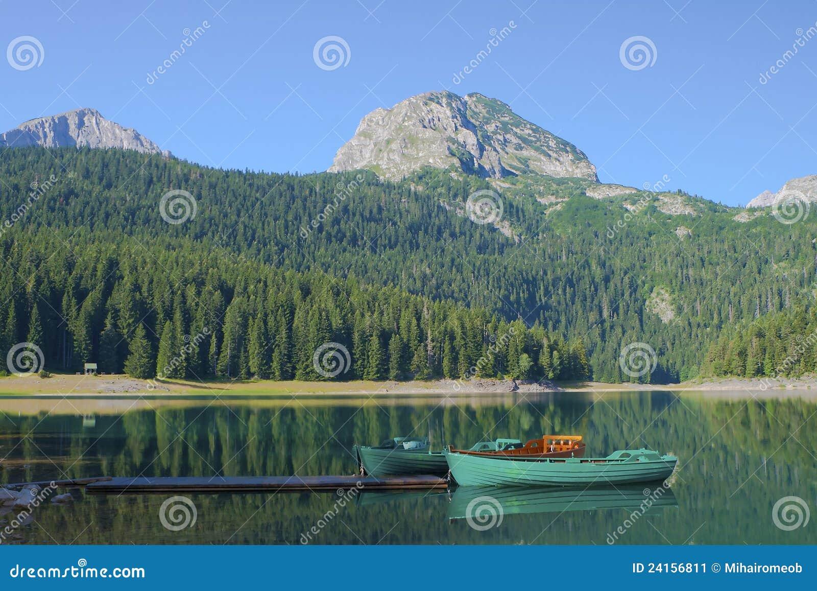 De rust van boten bij het meer Crno