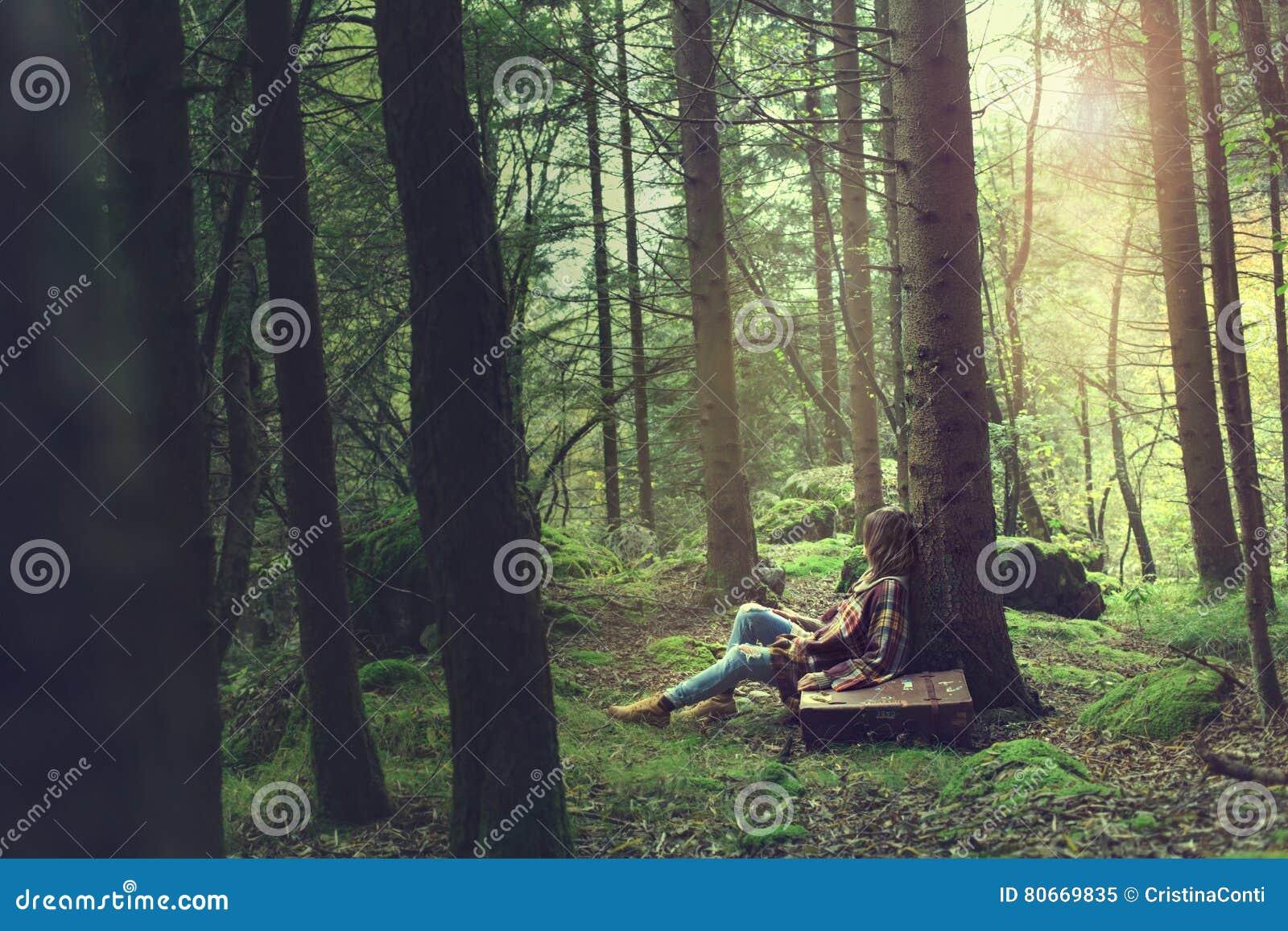 De rust van de reizigersvrouw in een geheimzinnig en surreal bos