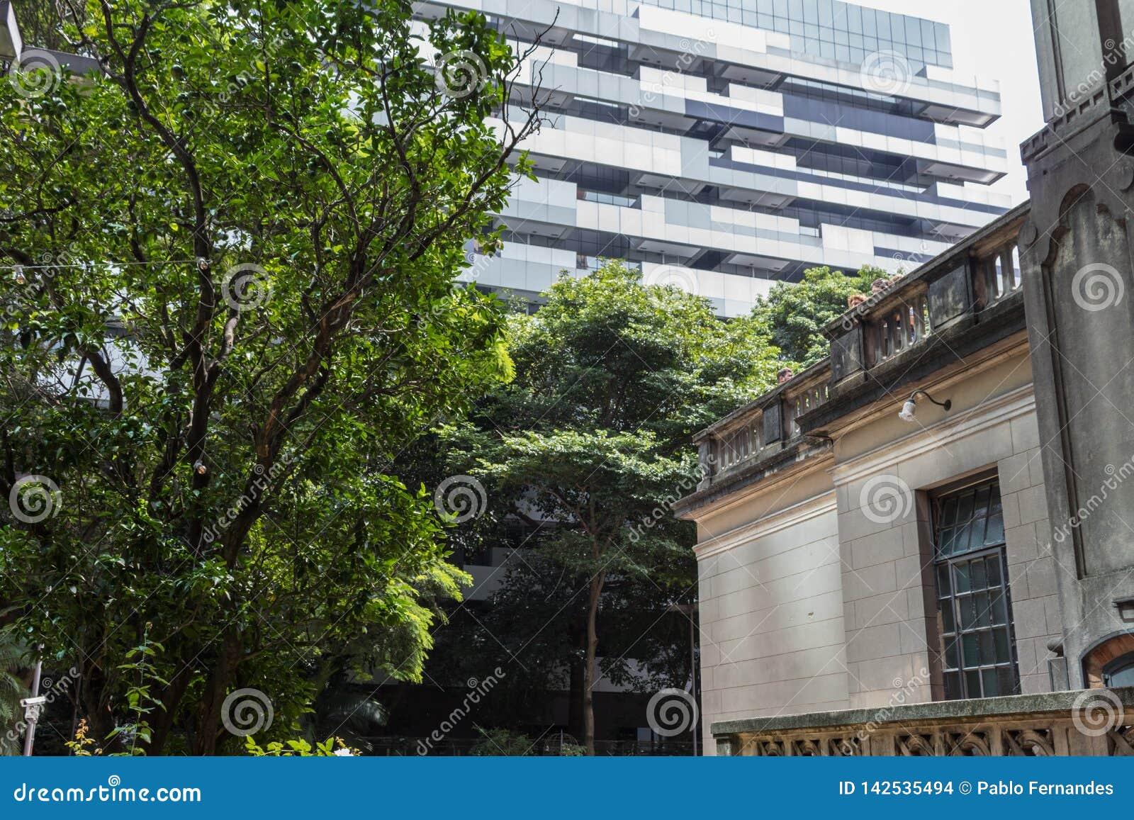 De rustieke Historische Bouw in tegenstelling tot de Moderne Bouw in Sao Paulo, Brazilië