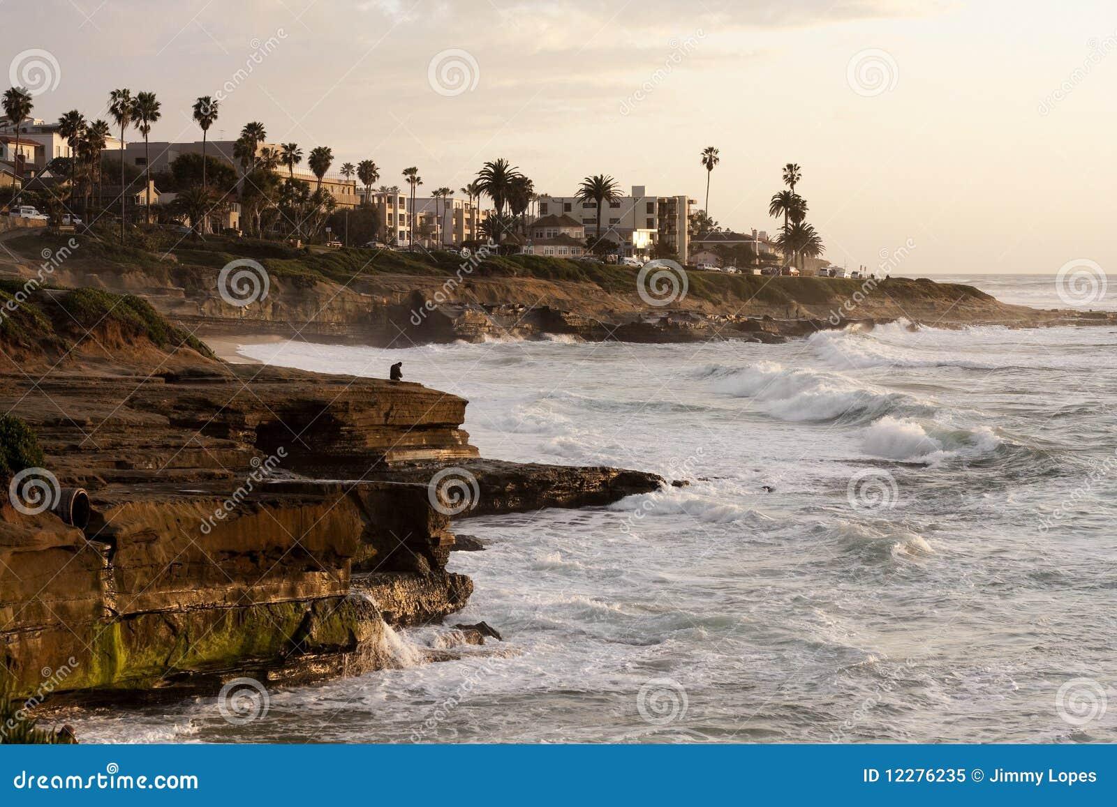 De rustige Kustlijn van Californië tijdens een Zonsondergang