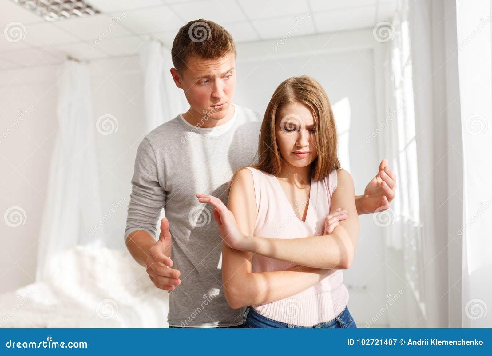 De ruzie van een kerel en een meisje Een jong paar zweert Het concept ruzies in families