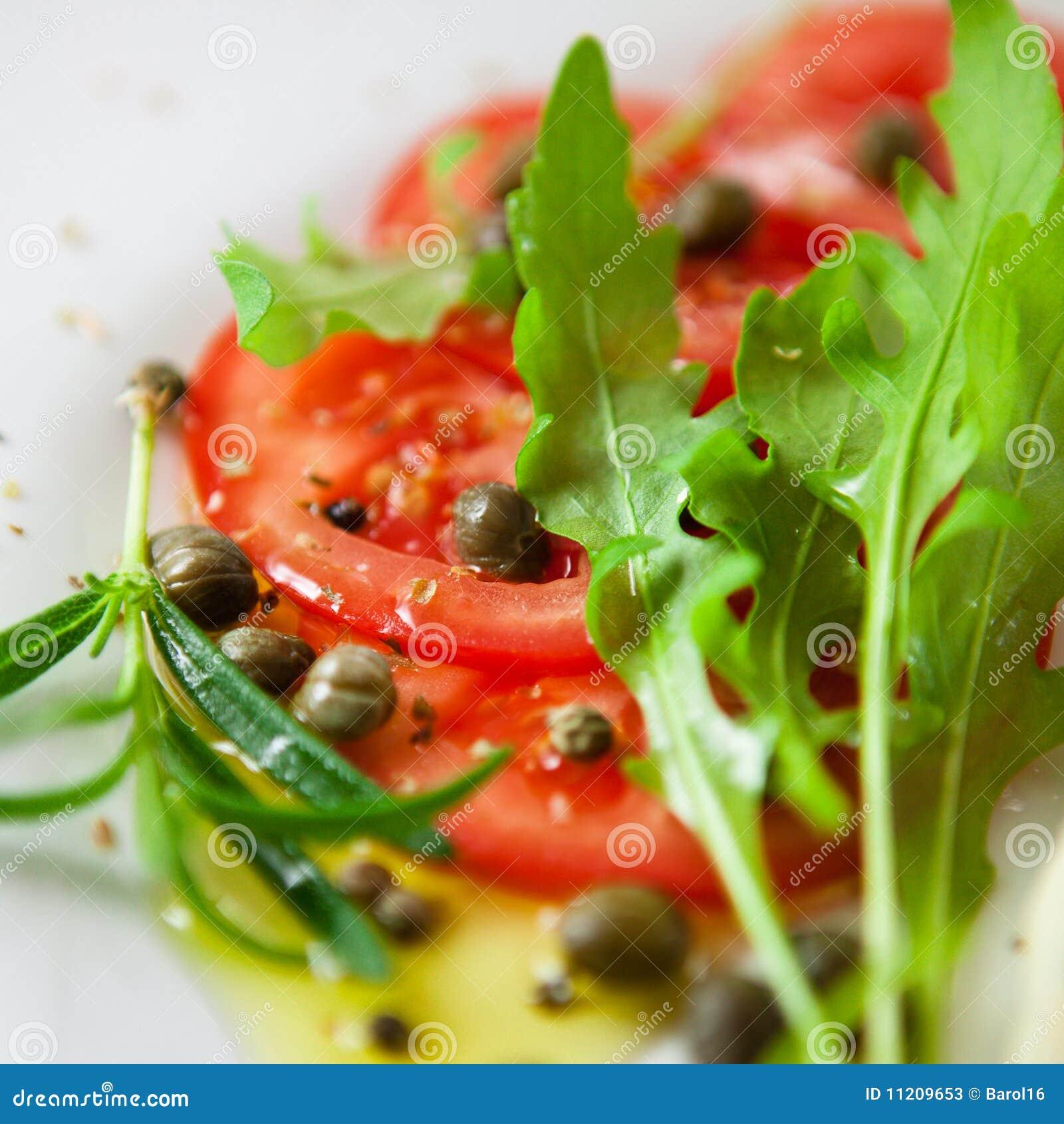 De salade van de tomaat met kappertjesvulling
