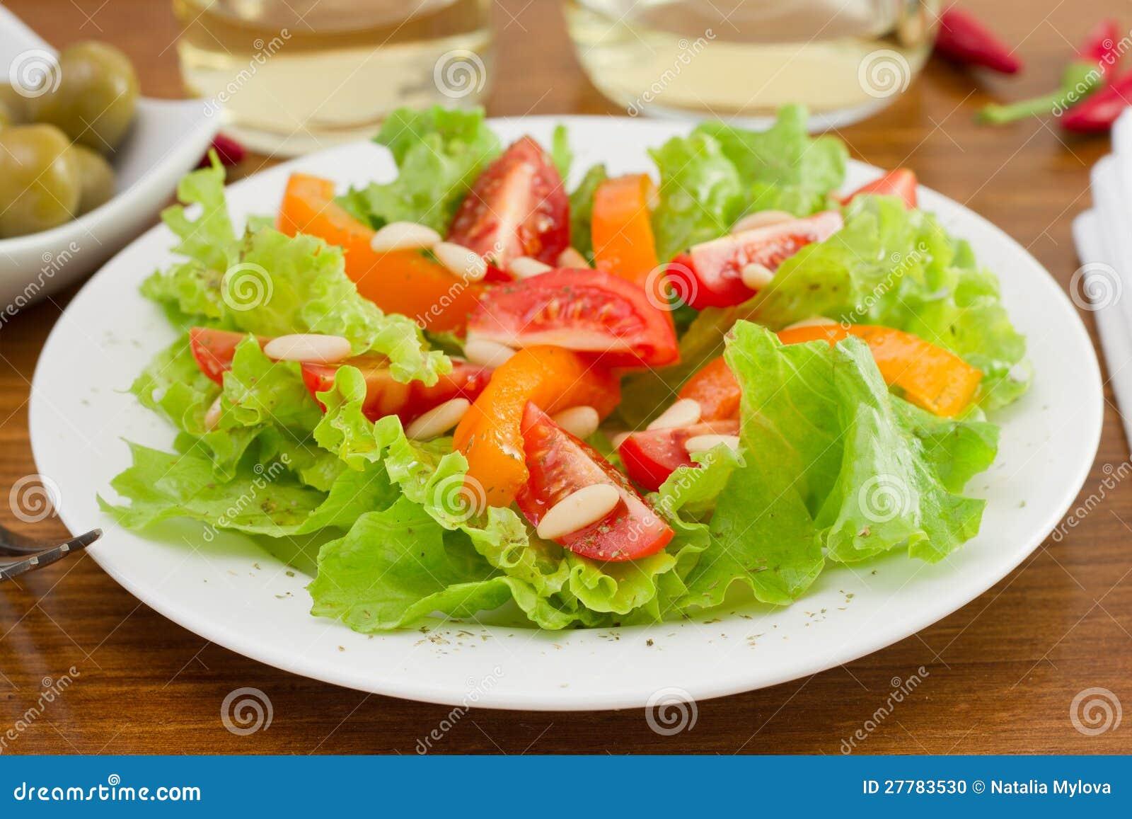 De salade van groenten met pijnboomnoten stock foto for Vers de salade