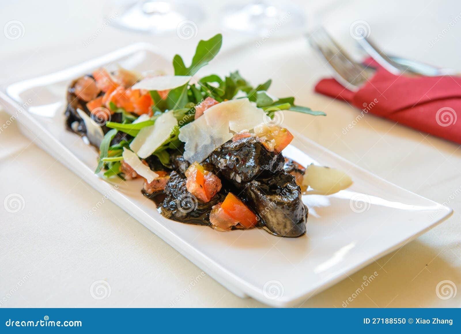 De salade van inktvissen met groene groente