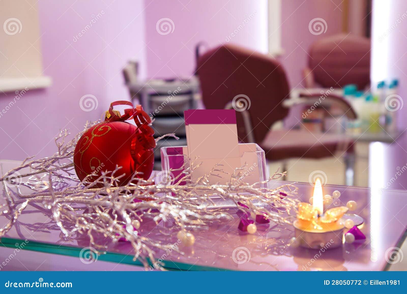 De salon van het haar met de decoratie en de kaarten van kerstmis