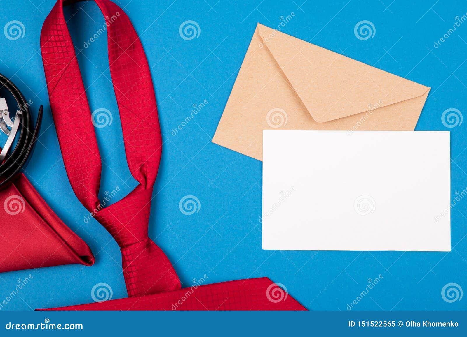 De samenstelling van rode halsband, in eigen zak steekt vierkant, riem, ambachtenvelop en lege kaart op blauwe cyaanachtergrond