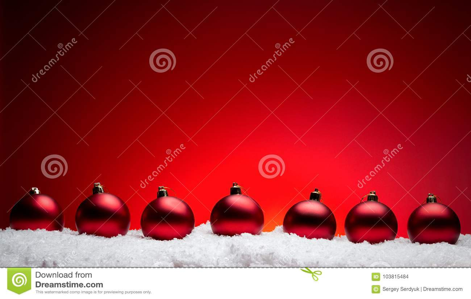 De samenstellingsballen van het Kerstmis nieuwe jaar met rode backgro van de sneeuwlijn