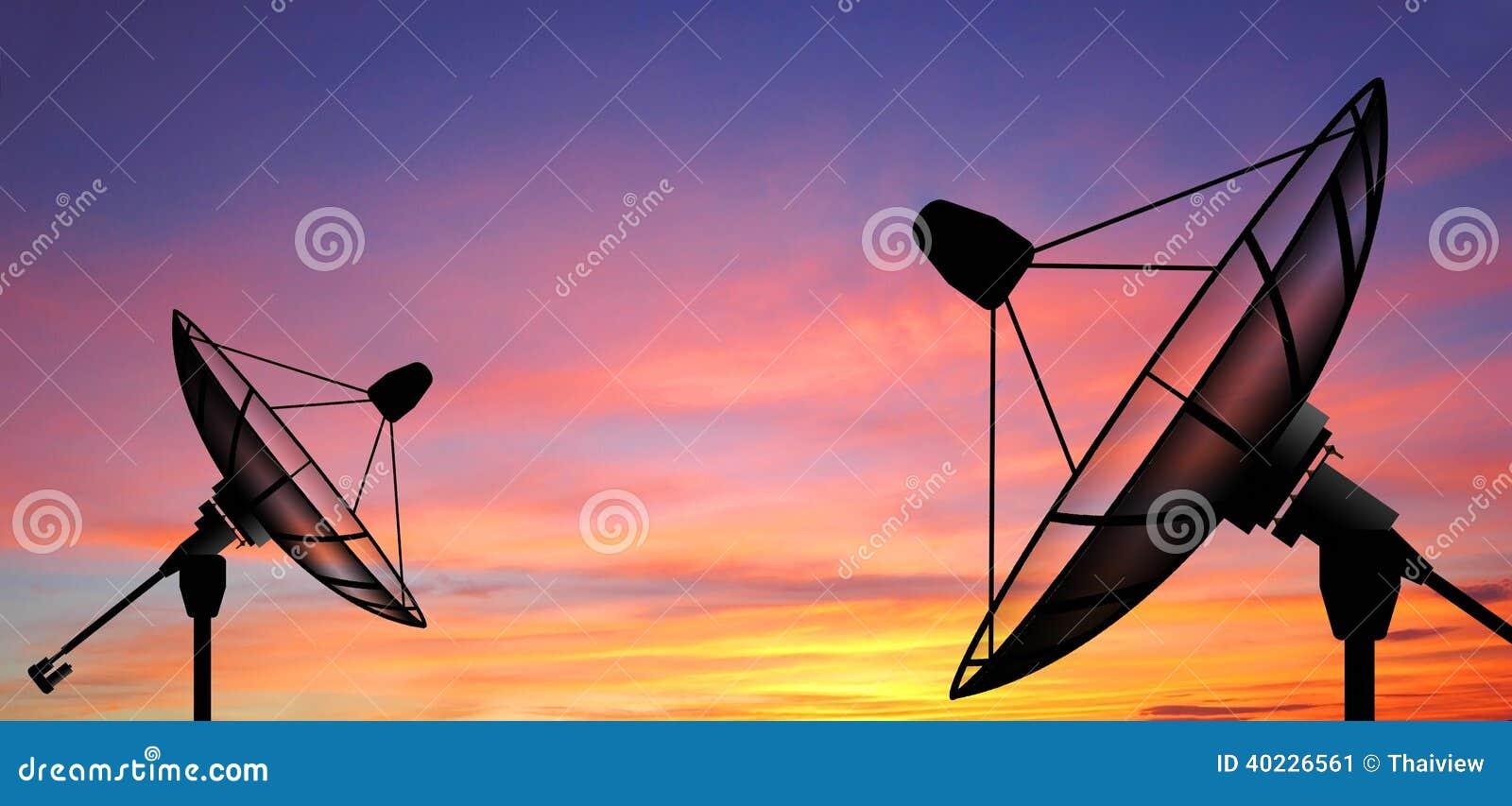 De satellietzon van de schotelhemel speelt mededeling mee