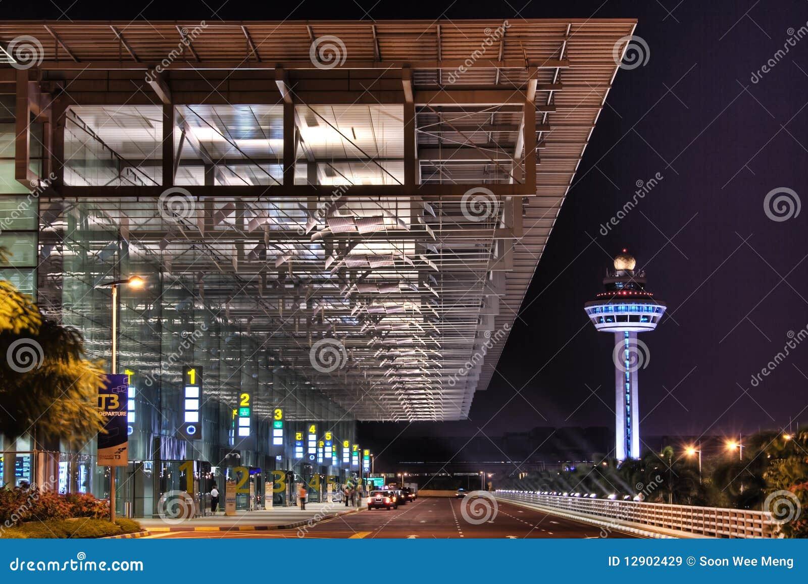 De Scène van de nacht bij Changi EindIngang 3 van de Luchthaven