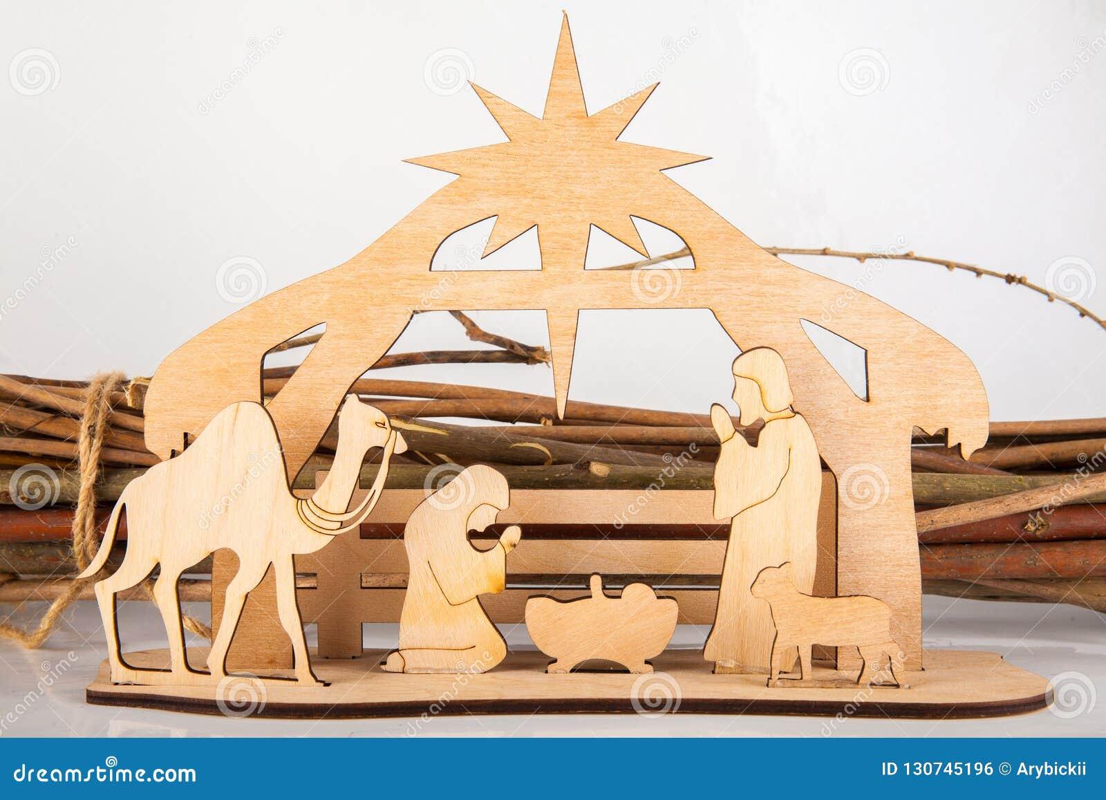 De Scène van de Kerstmisgeboorte van christus van baby Jesus in de trog met Mary en Joseph in silhouet door de dieren wordt omrin