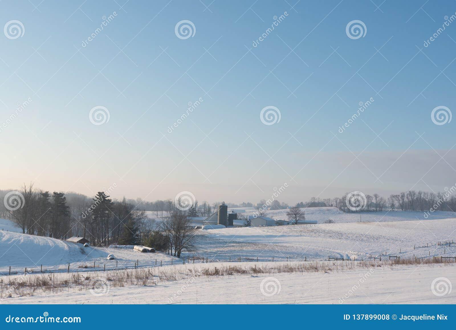 De scène van de de winterlandbouwgrond