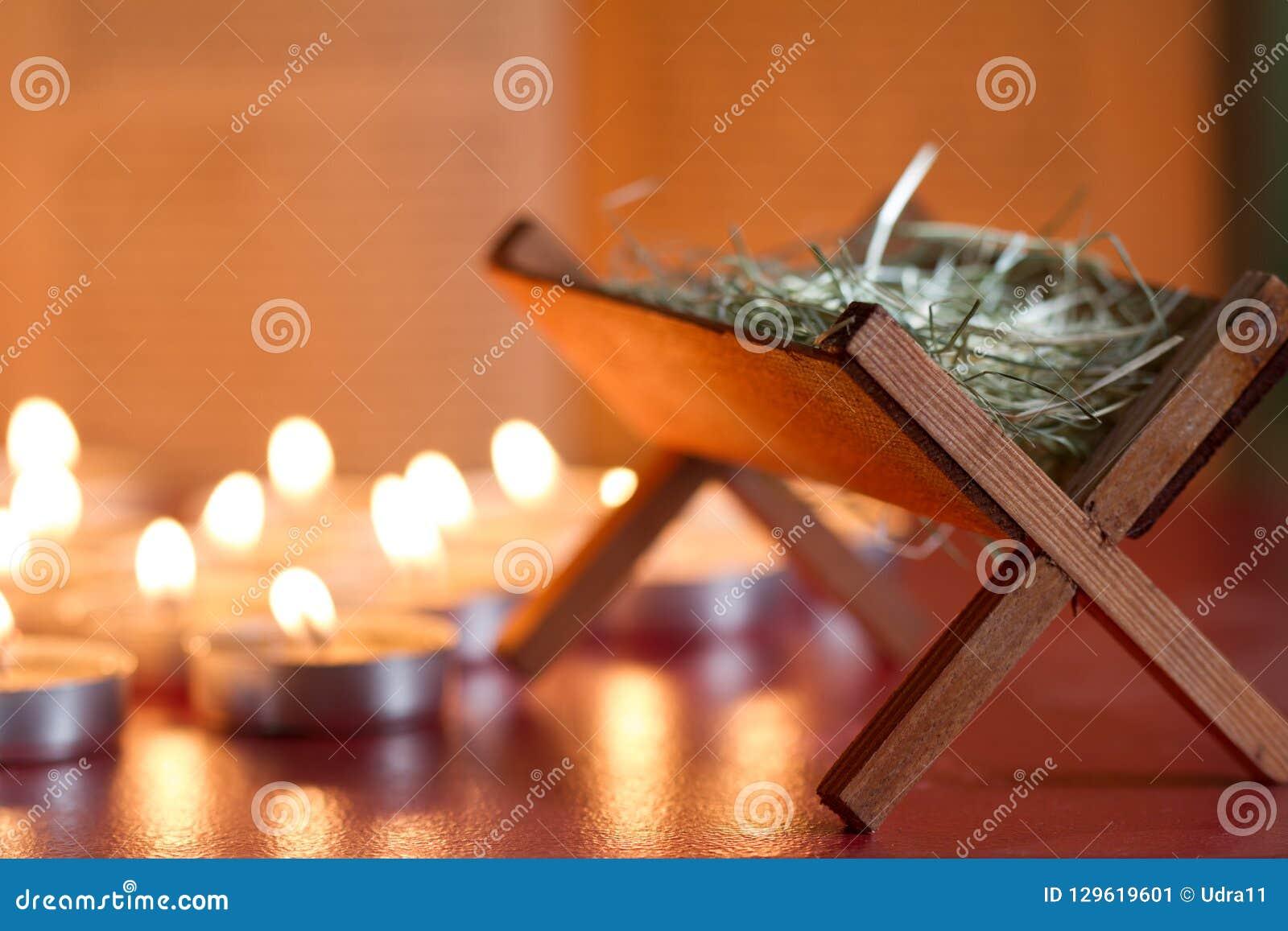 De scènekaarsen en bijbel van de troggeboorte van christus op nacht abstracte achtergrond