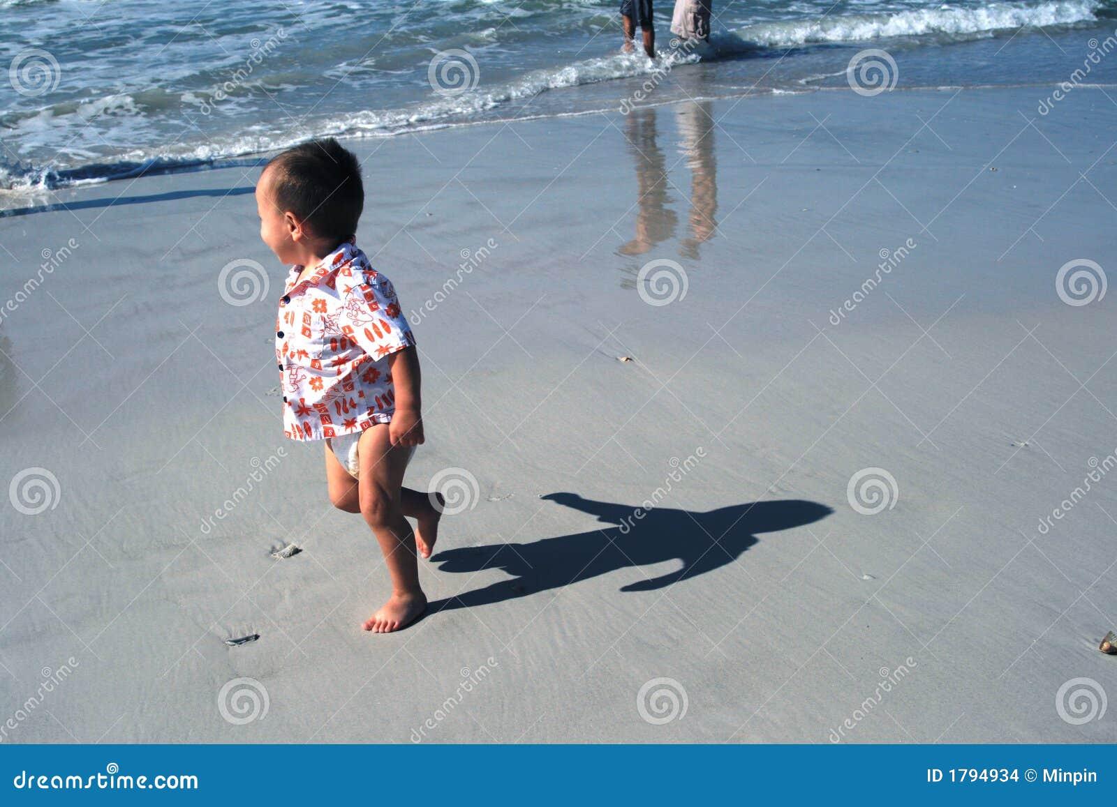 De Schaduw van de baby op Strand