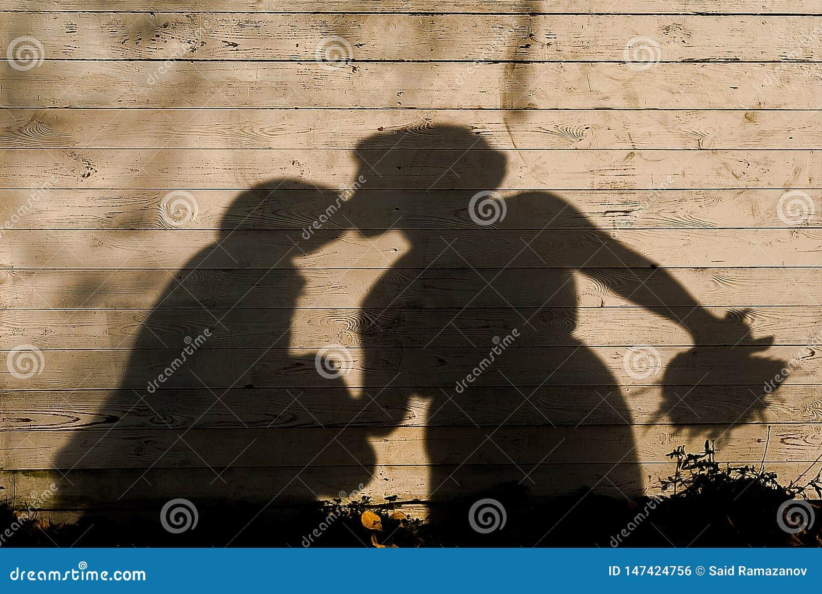De schaduw van het kussen van jonggehuwden op houten achtergrond