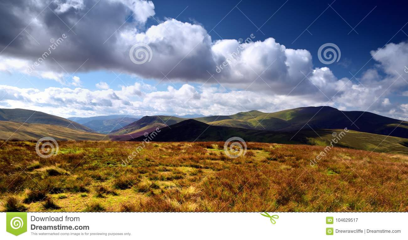 Download De Schaduwen Over Skiddaw-Bos Fells Stock Afbeelding - Afbeelding bestaande uit heuvels, mens: 104629517