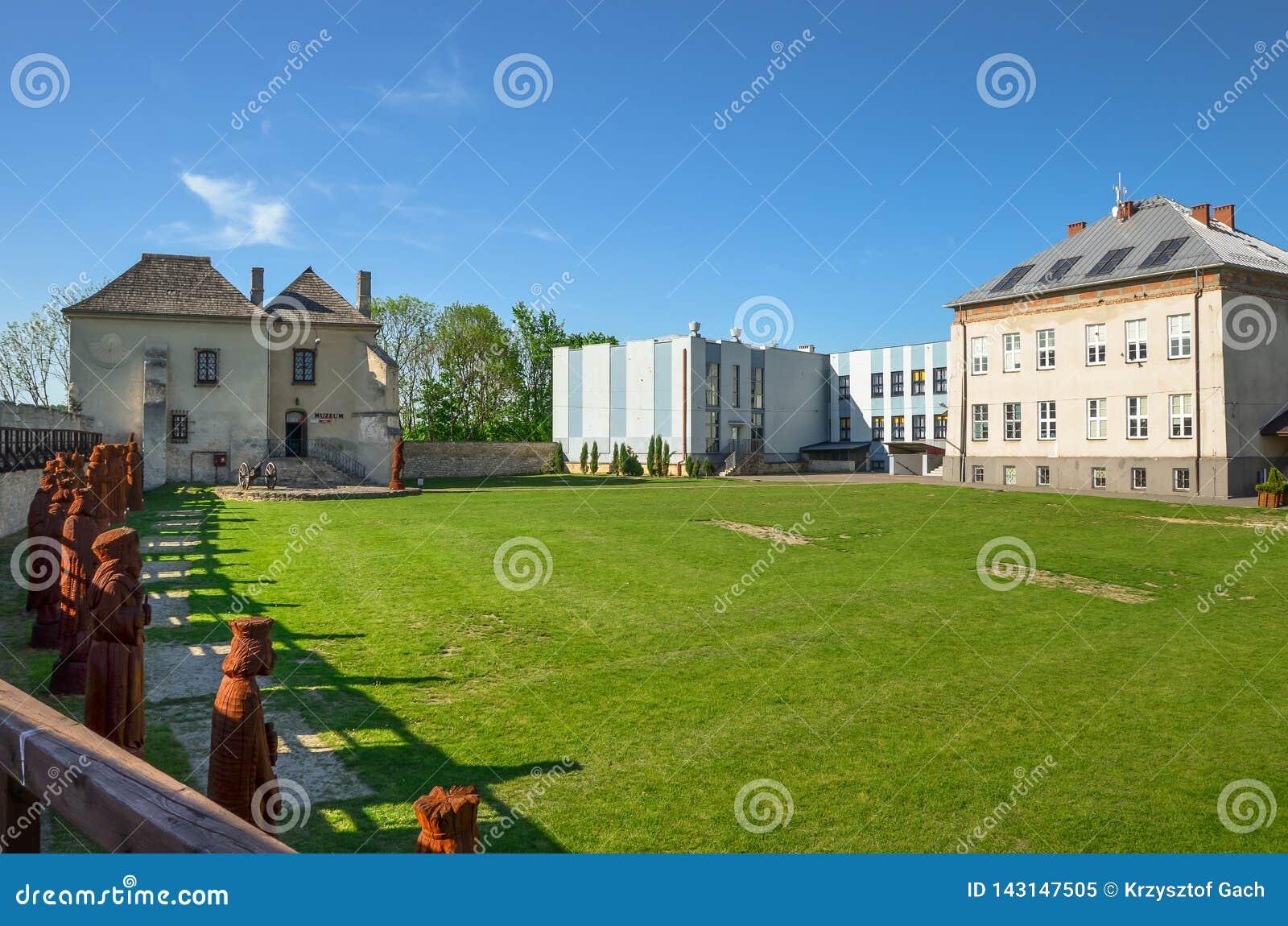 De Schatkamer Skarbczyk en een school, naast de bouw van het koninklijke kasteel, Szydlow, Polen