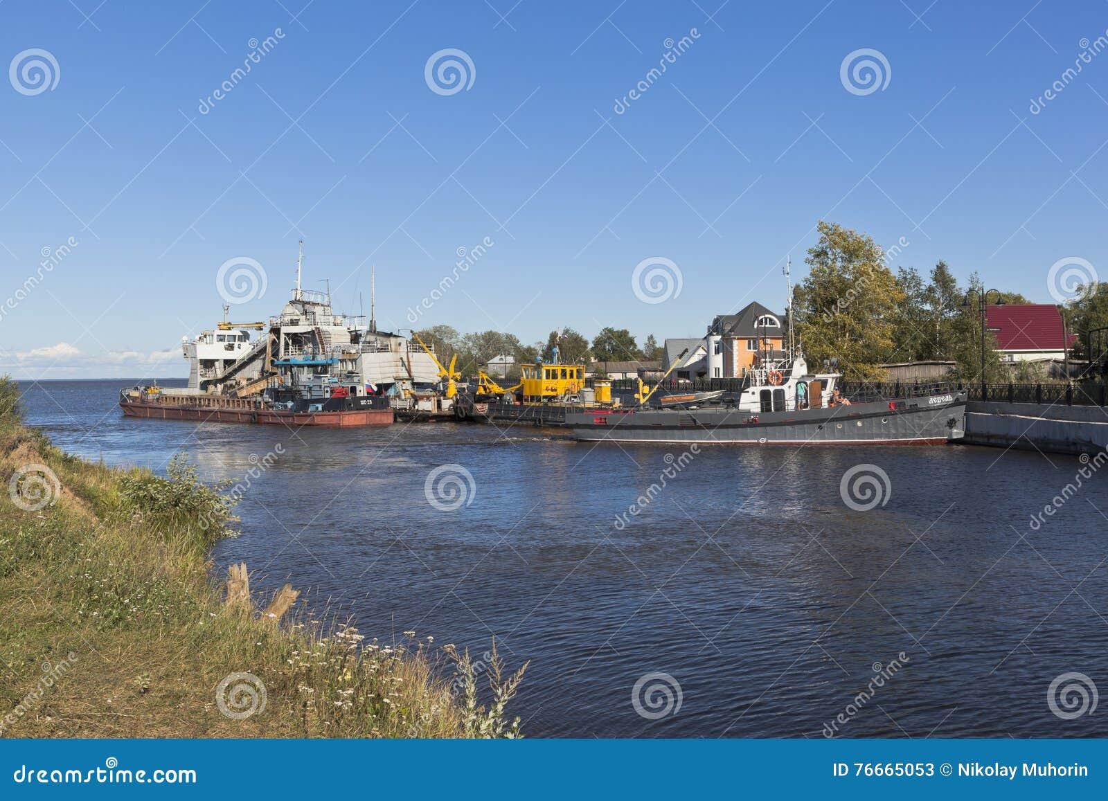 De schepen technische vloot bij de ingang aan Belozersky mijden kanaal van het Witte Meer dichtbij de stad van Belozersk Vologda