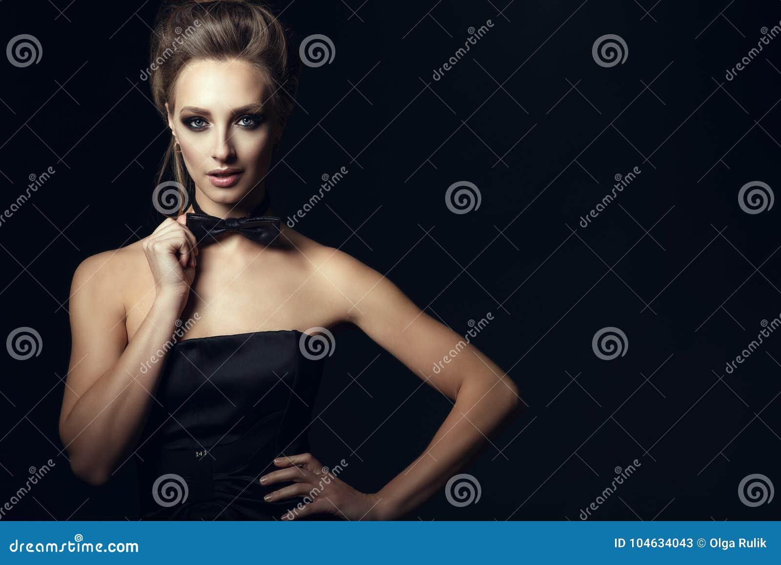 Download De Schitterende Glamvrouw Met Mooi Maakt Omhoog En Updohaar Die Zwarte Korsetkleding Wat Betreft Vlinderdas Op Haar Hals Dragen Stock Afbeelding - Afbeelding bestaande uit wijfje, kleding: 104634043