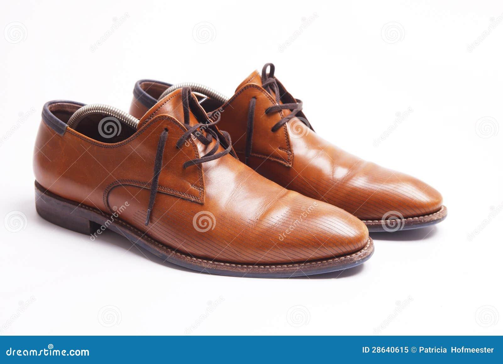 De schoenen van bruine leermensen