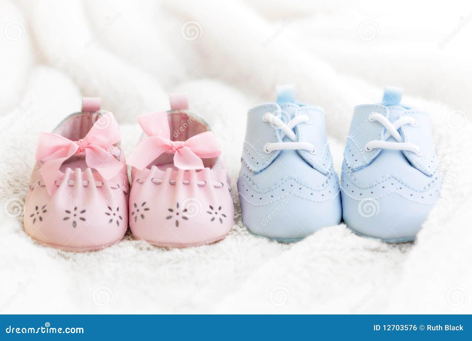 De schoenen van de baby