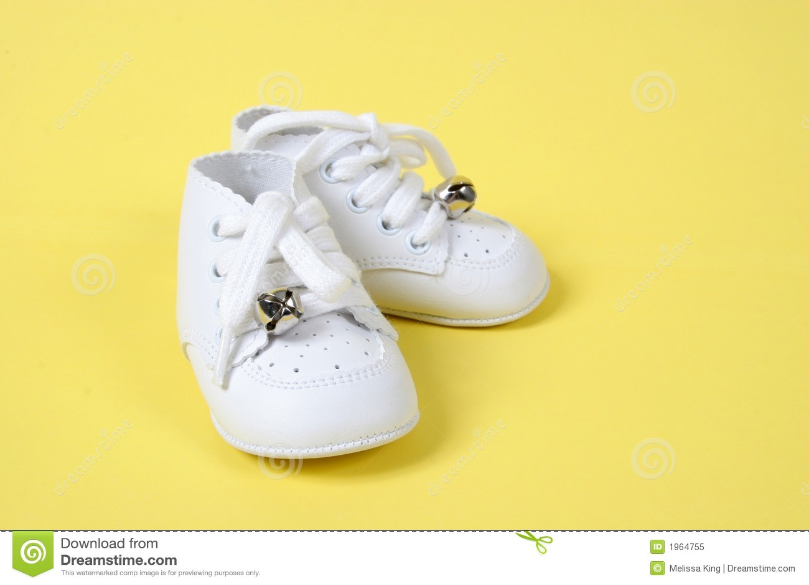 De Schoenen van de baby samen op Geel