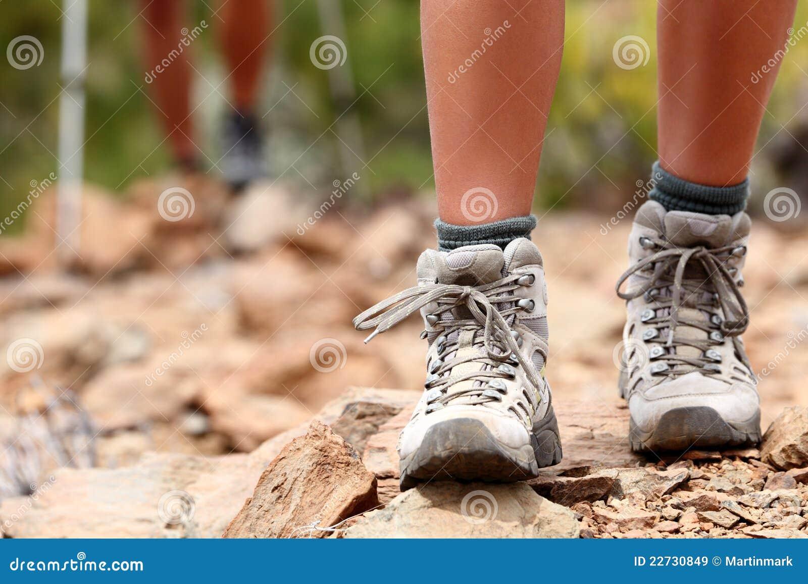 De schoenen van de wandeling