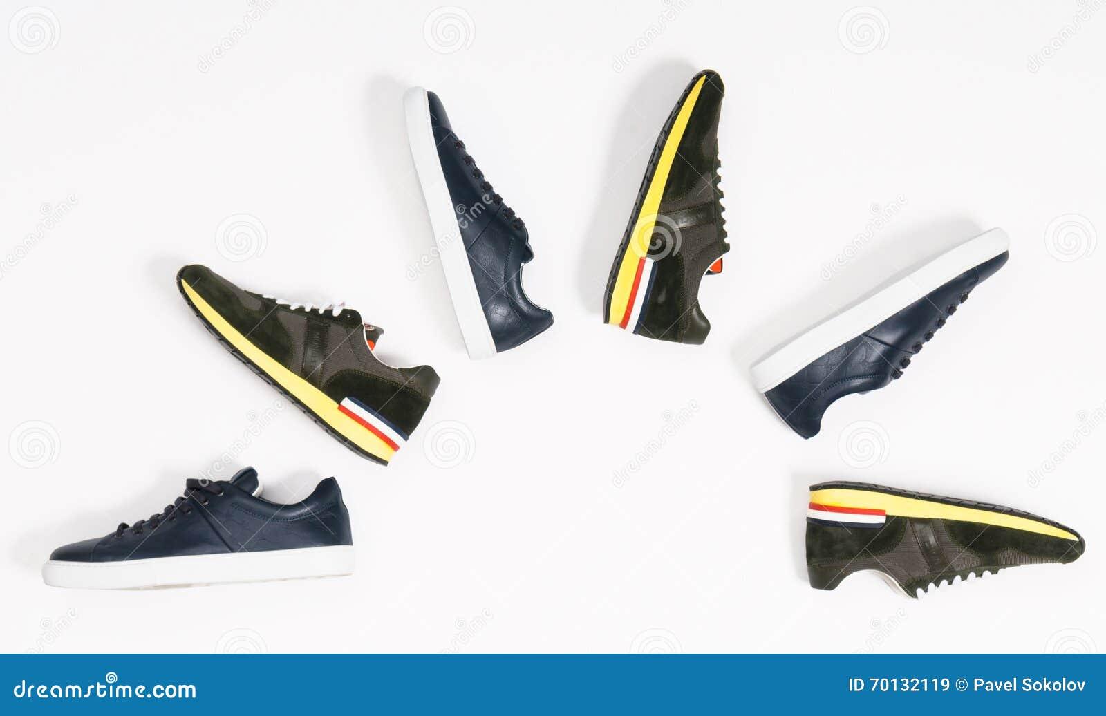 De schoenen van mensen op witte achtergrond