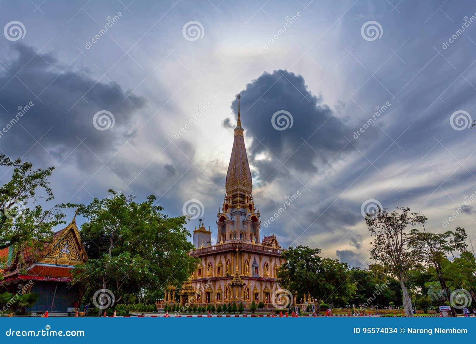 De schommeling van de natuurverschijnselzon in een cirkel boven Chalong-tempel