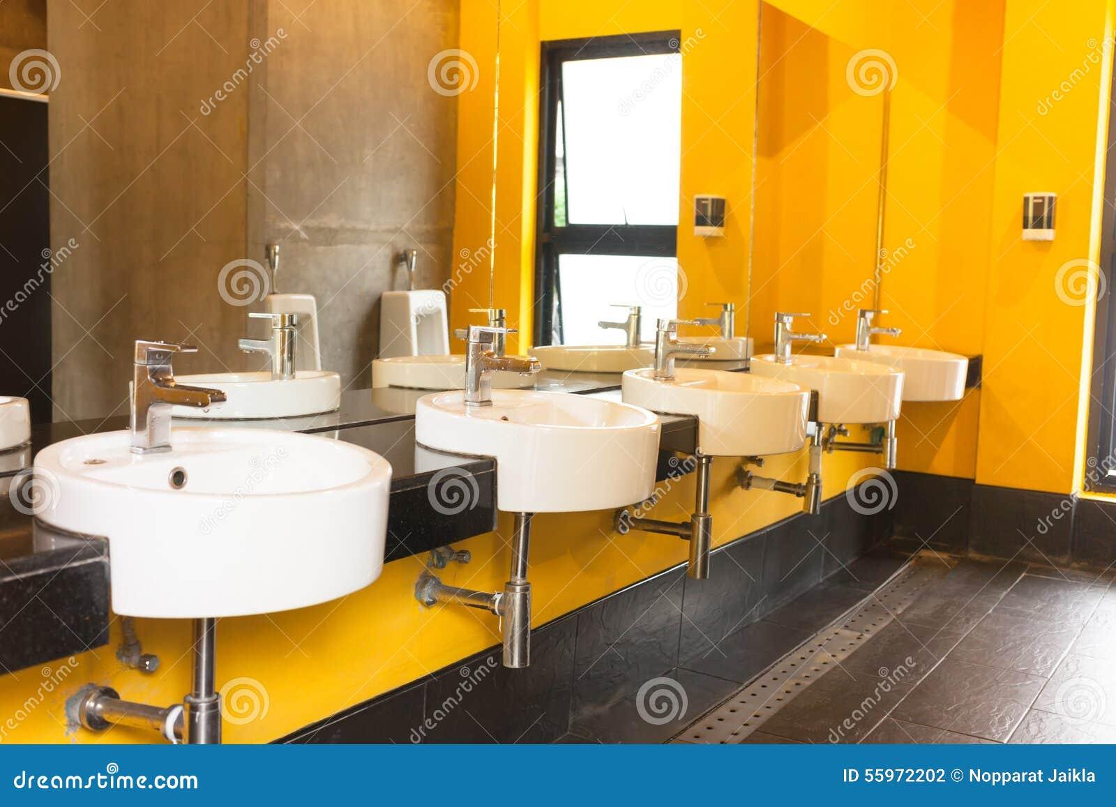 De schone openbare ruimte van de toilet gele kleur stock foto