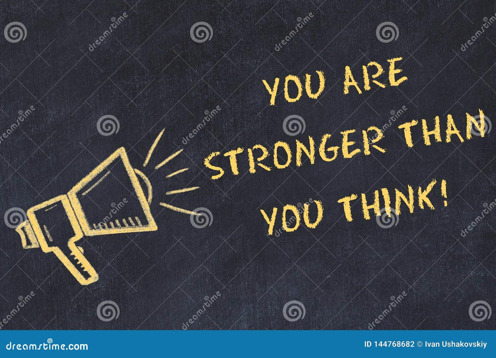 De schoolbordschets met met de hand geschreven teksten u is sterker dan u denkt