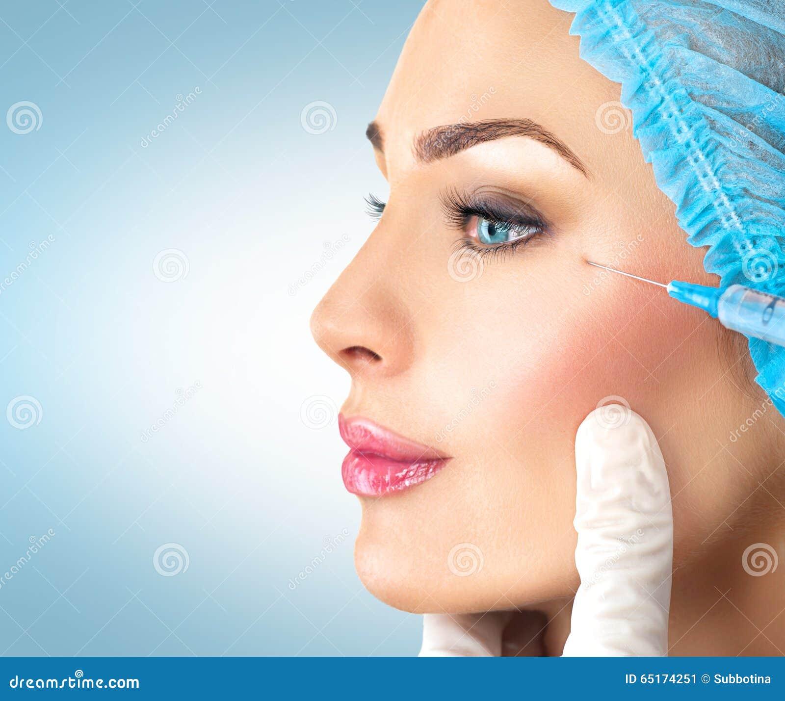 De schoonheidsvrouw krijgt gezichtsinjecties