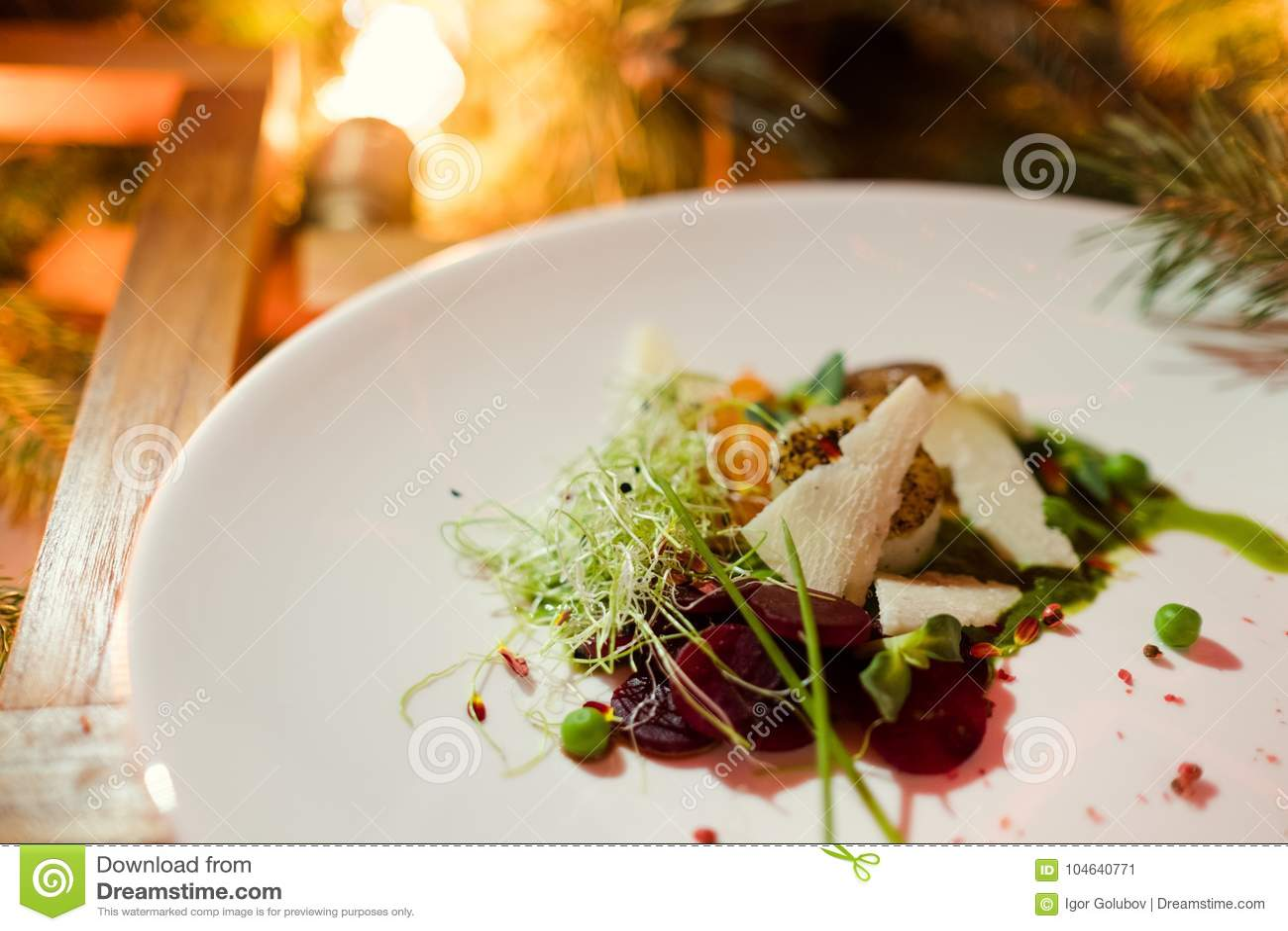 Download De Schotel Gezonde Maaltijd Van Het Vakantierestaurant Stock Afbeelding - Afbeelding bestaande uit lichten, vers: 104640771