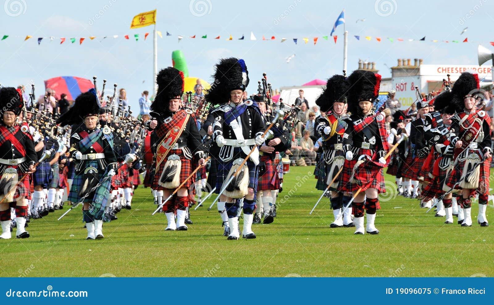 De Schotse Pijpen paraderen bij de Spelen van Nairn Highlanf