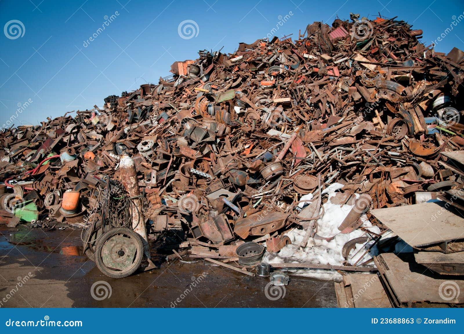 De schroot van het ijzer die wordt samengeperst om te recycleren