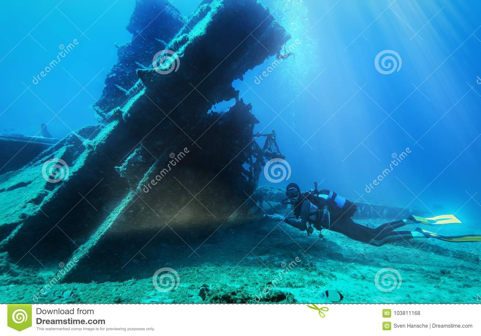 De scuba-duiker onderzoekt s gedaald wrak in het Egeïsche overzees